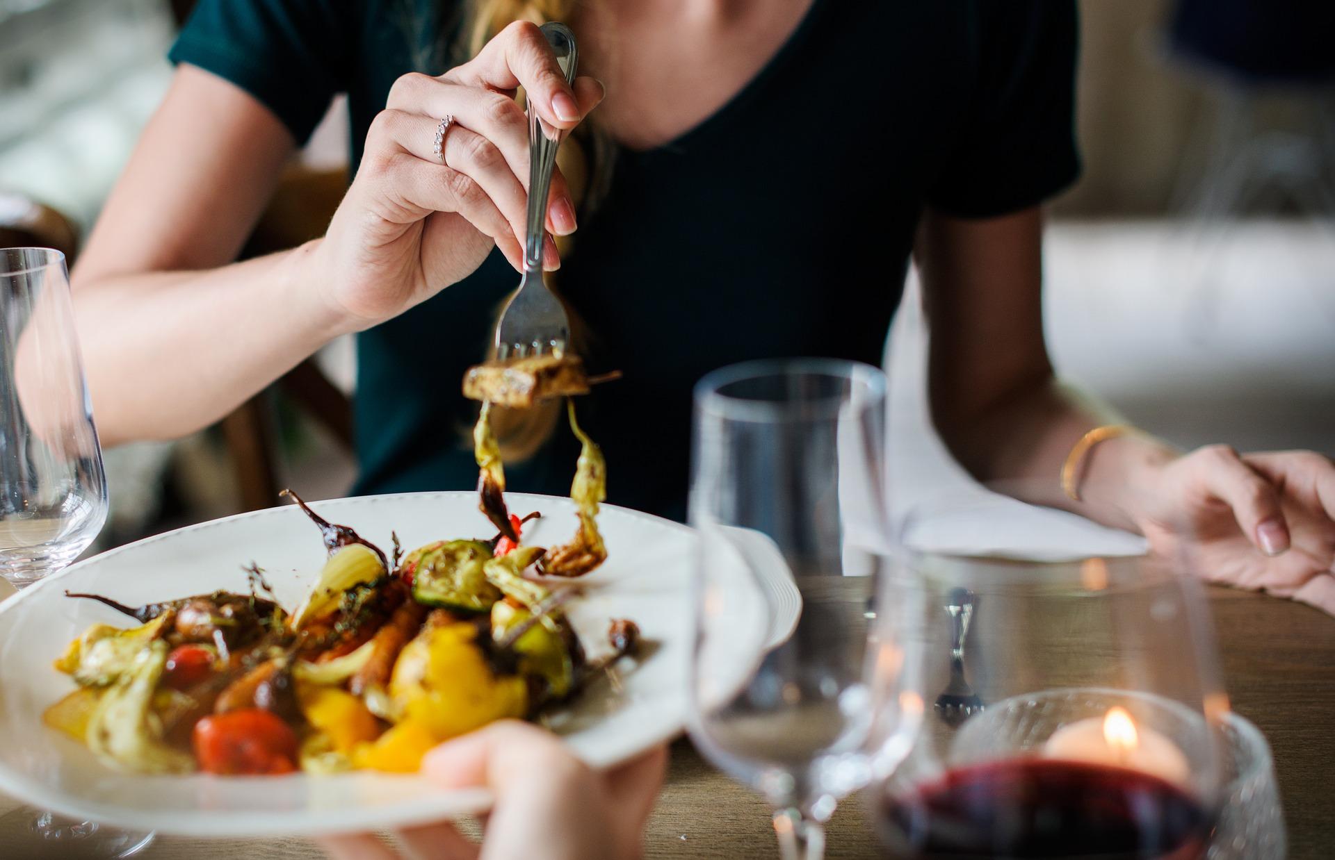 Emotionales Essen - Warum wir uns in Gesellschaft überessen und wie es gelingt, besser damit umzugehen