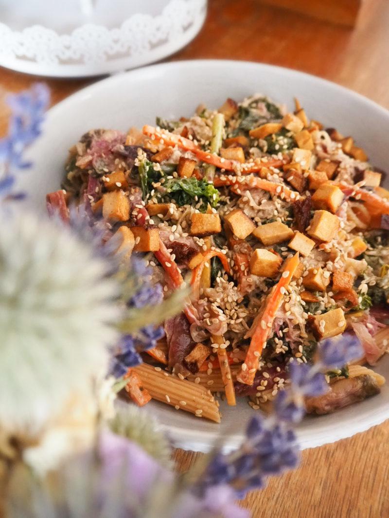 Veganes Pastarezept mit deftiger Grünkohl-Sauerkraut Gemüsepfanne und Räuchertofu