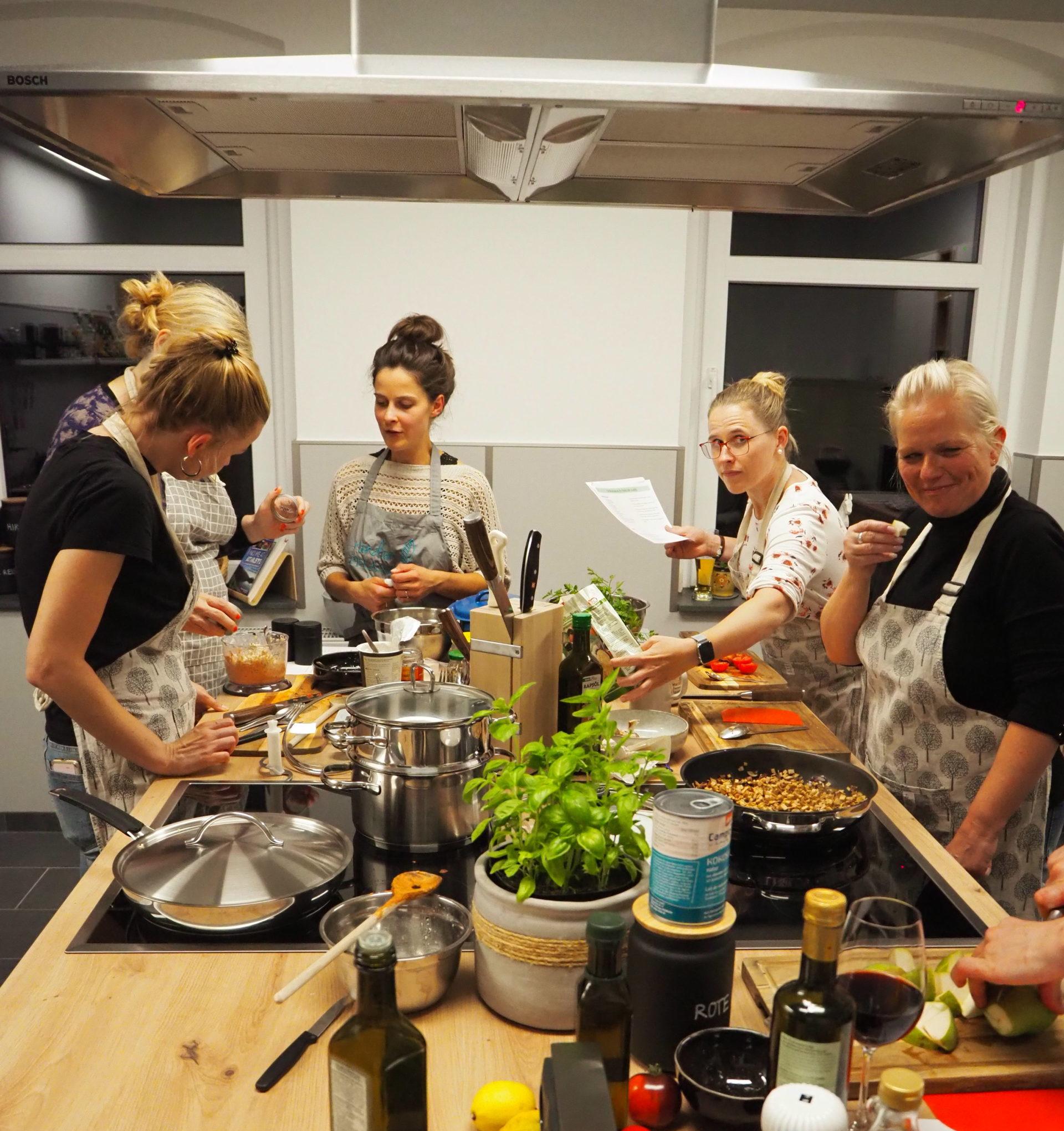 """Kochkurs-Startschuss in der neuen """"rundumpflanzlich""""-Küche"""